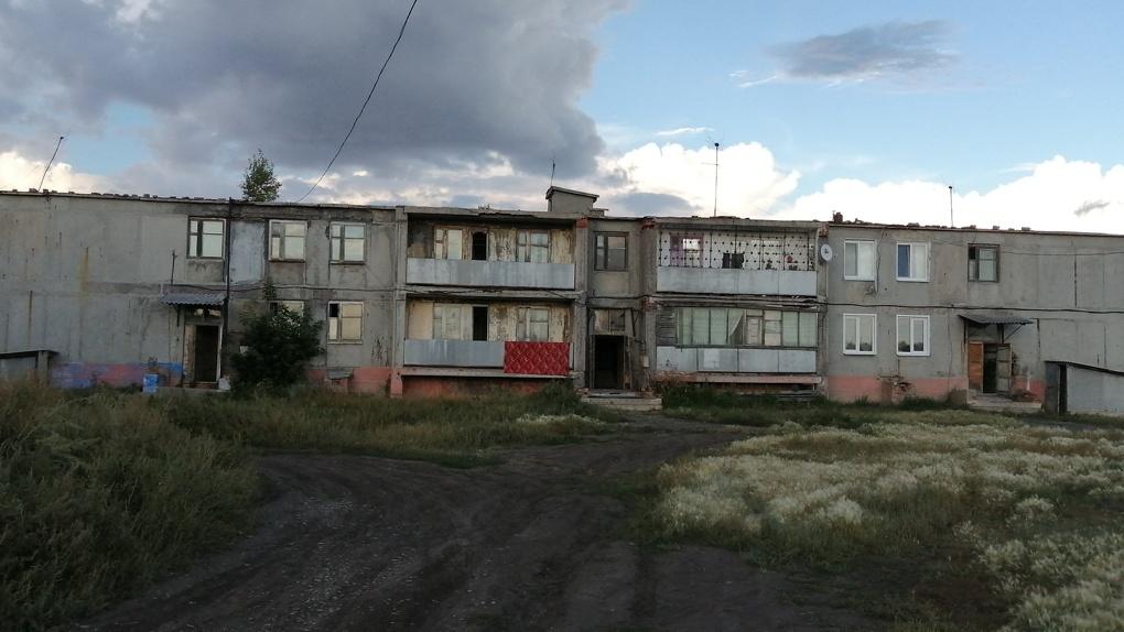 Под Омском с семей требуют огромные суммы на капремонт дома, который будут сносить