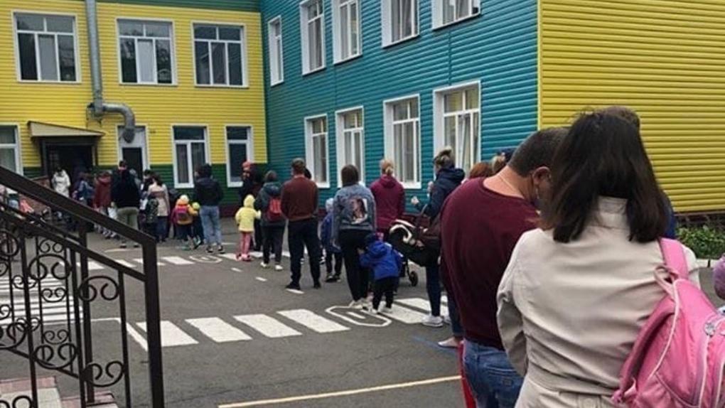 Омичи пожаловались, что их с детьми держат на улице перед детским садом, чтобы измерить температуру