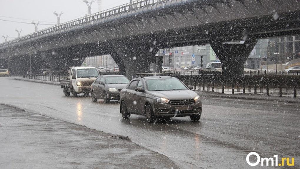 Из-за погоды в Омске объявили режим повышенной готовности. Дорожники уже использовали 70 тонн реагента