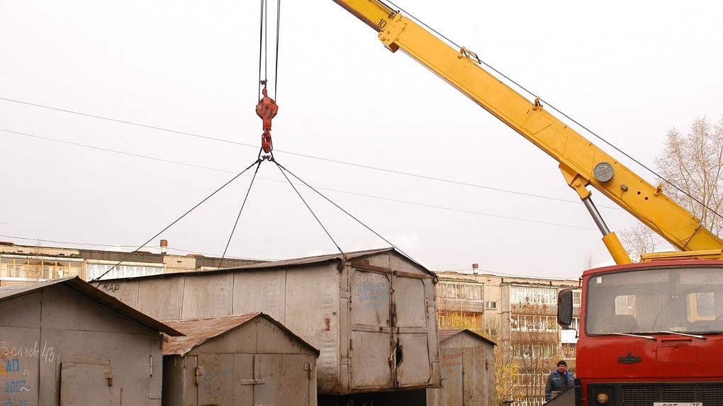 В Ленинском округе Омска продолжают сносить незаконно установленные гаражи