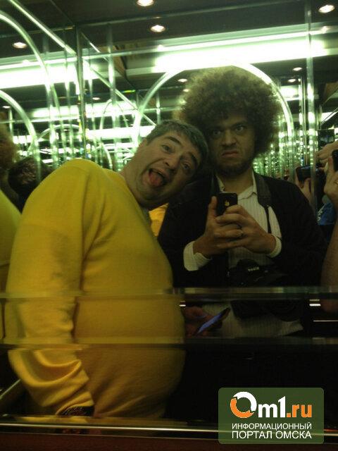 В Омске Варламов поел печенек с Назаровым и сфотографировался в «лифте Полежаева»