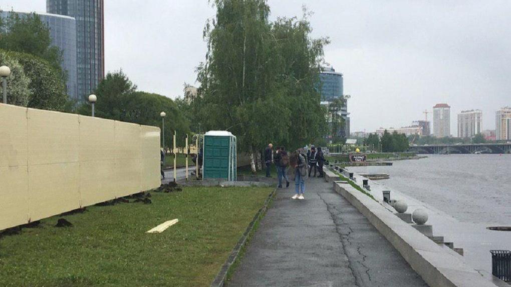 Забор в сквере на месте строительства храма в Екатеринбурге снесут