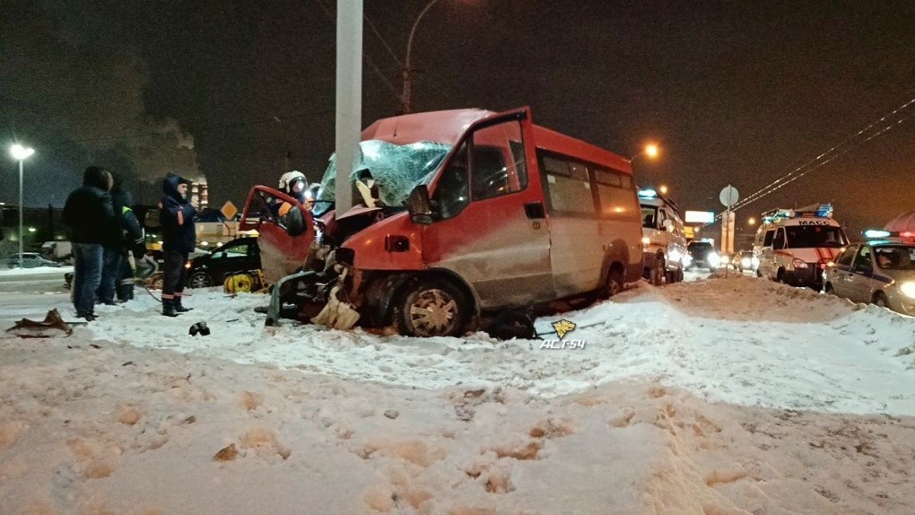 На Дмитровском мосту в Новосибирске микроавтобус с пассажирами врезался в столб, есть пострадавшие