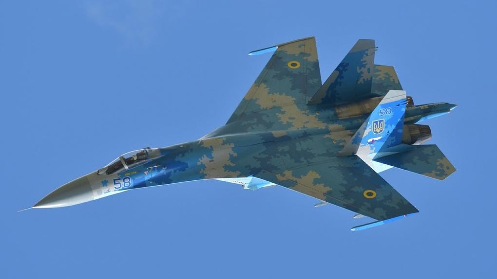 В небе над Новосибирском заметили военные истребители