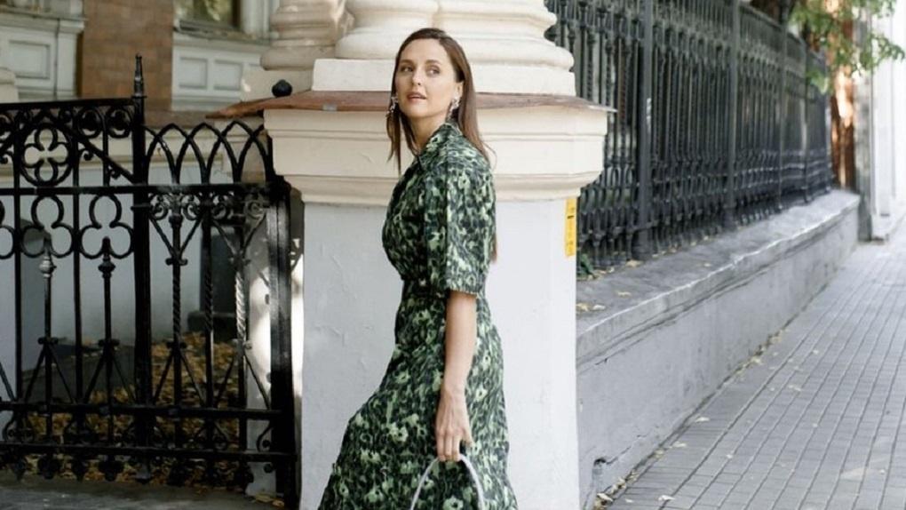 Сексуальная актриса из Новосибирска и звезда Maxim рассказала, почему иногда хочет наряжаться в перья