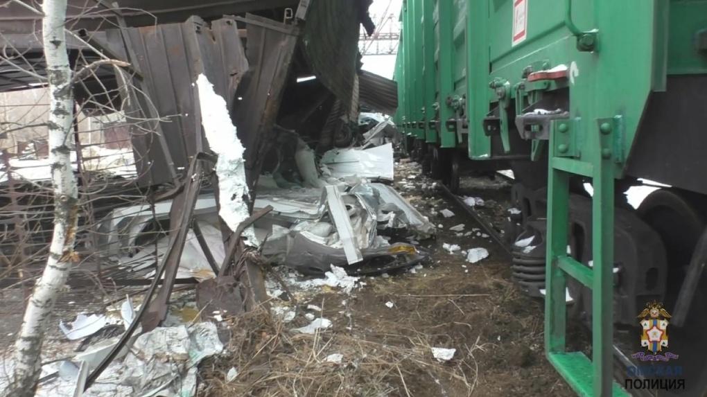 Машину разорвало на части. В страшном столкновении с поездом в Омске погибли два человека. ВИДЕО
