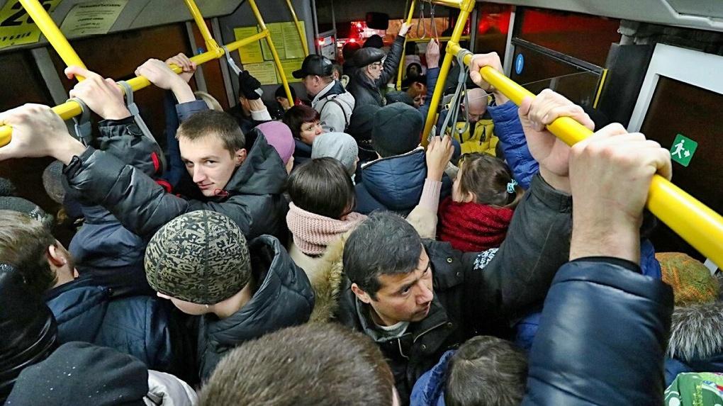 «Как селёдки в бочке»: омичи жалуются на забитый под завязку общественный транспорт