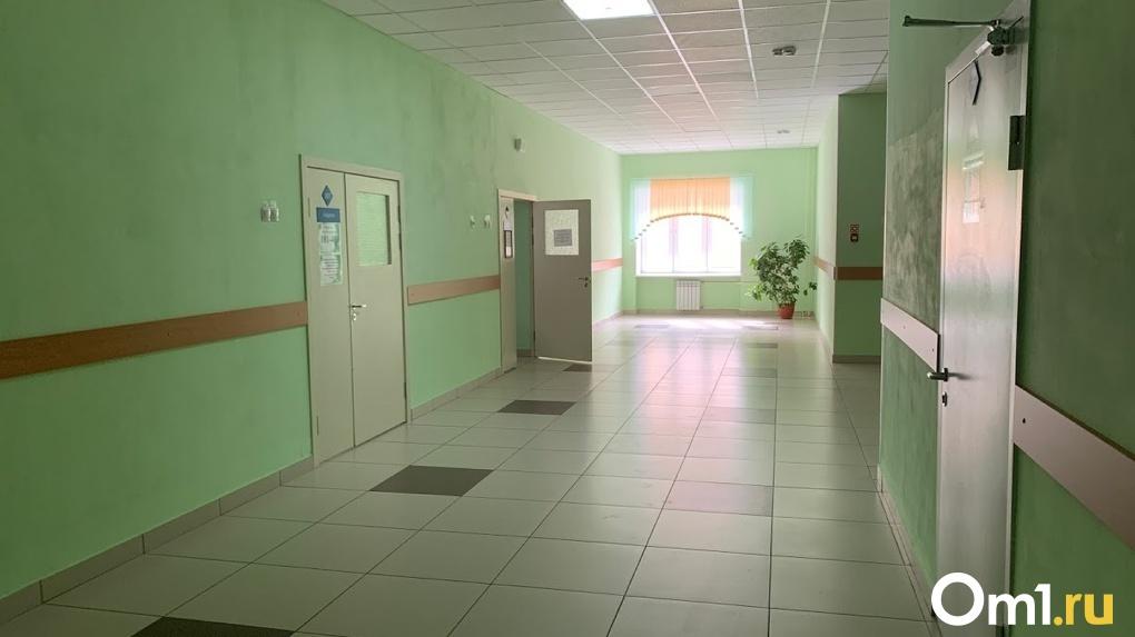 Под Омском на второклассника в школе упала батарея. Мальчик – в больнице