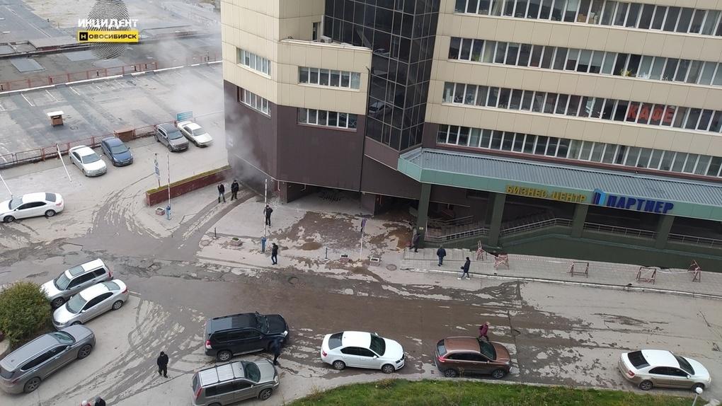 Подземную парковку новосибирского бизнес-центра затопило кипятком