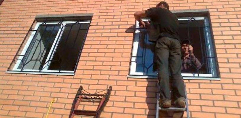 Жительница Омска полезла за водкой и погибла, застряв в решетке на окне