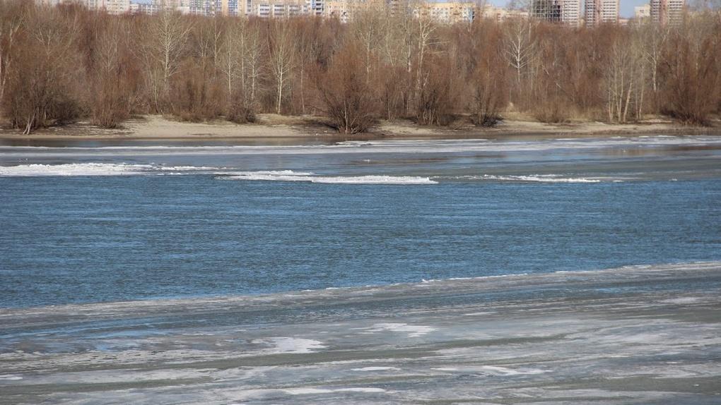 Омичи ходят по опасному льду, несмотря на запреты