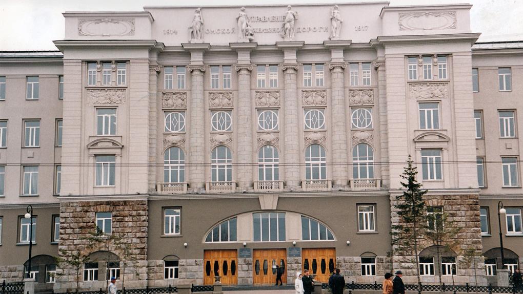 Скульптурам на фасаде омского вуза вернут пальцы
