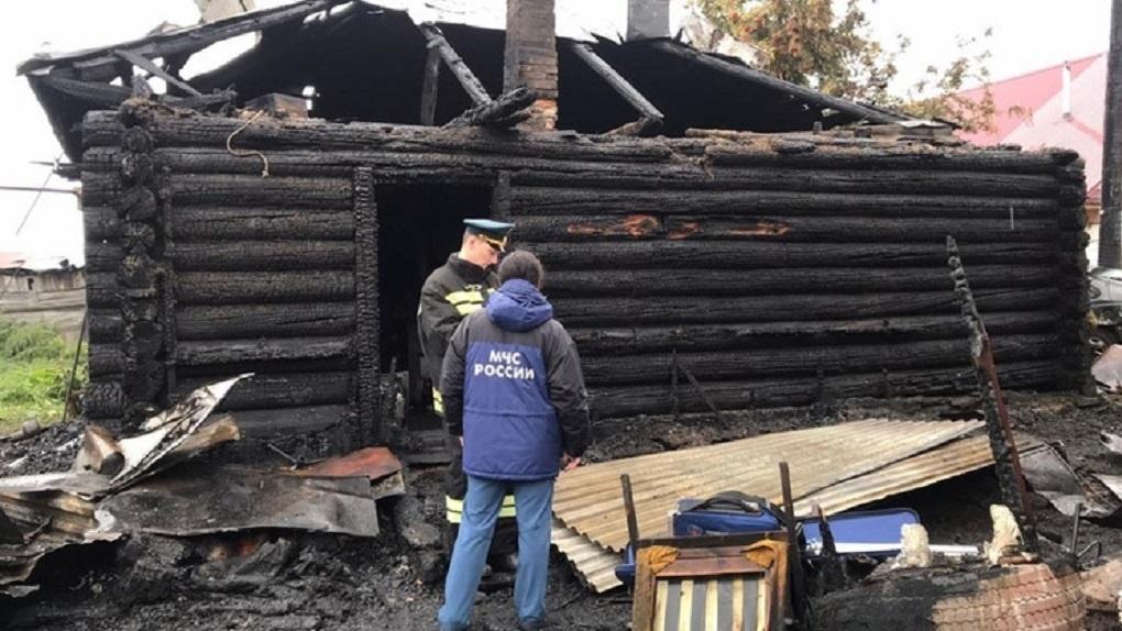 В крупном пожаре Новосибирска сгорели два дома и три автомобиля