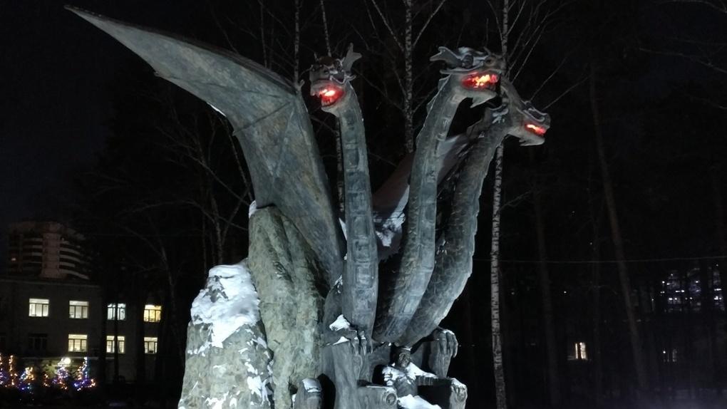 Змей Горыныч в новосибирском сквере начал «извергать пламя»