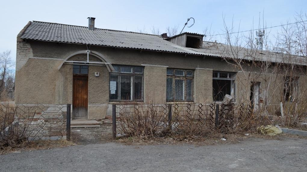 Жители новосибирского села рискуют погибнуть под крышей ФАПа