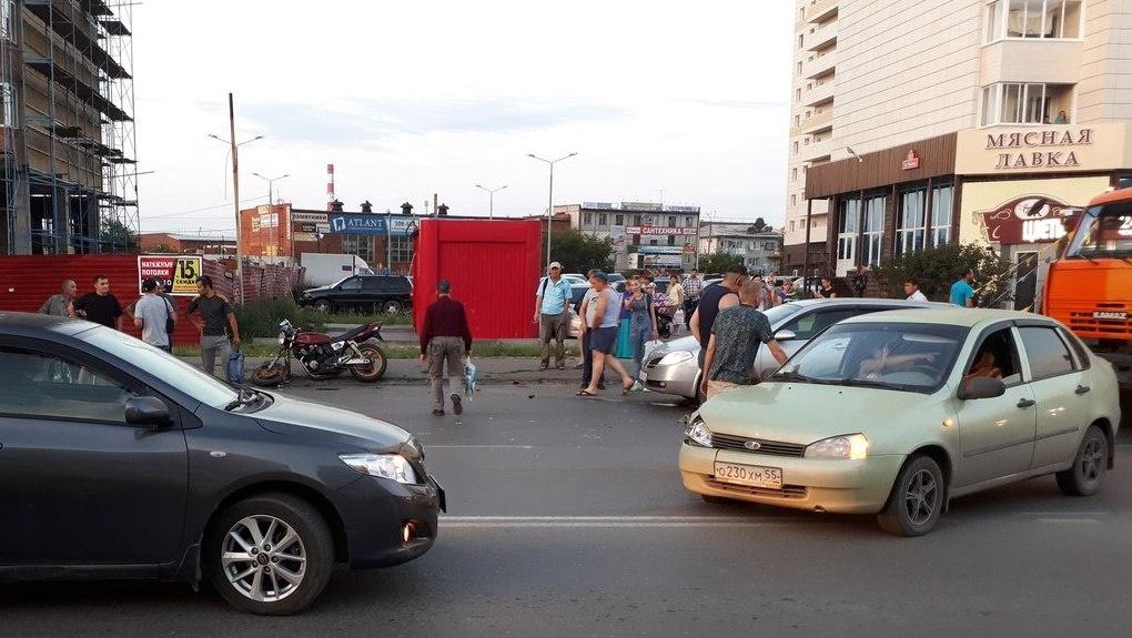 В Омске сбитый мотоциклист взмыл в воздух и пару раз перевернулся
