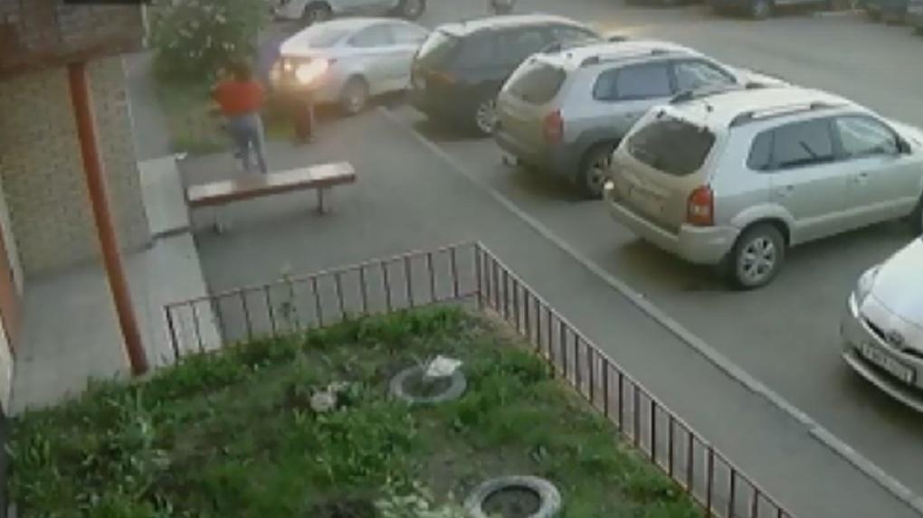 Омич переехал женщину, пытаясь припарковаться (ВИДЕО)