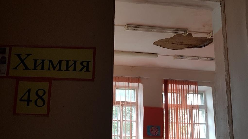 Вёдра и тряпки. В омской школе ликвидируют последствия дождя