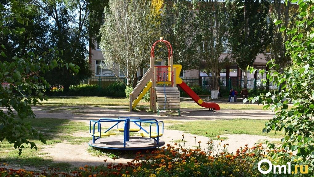 В Омске строительное ограждение обрушилось на детскую площадку