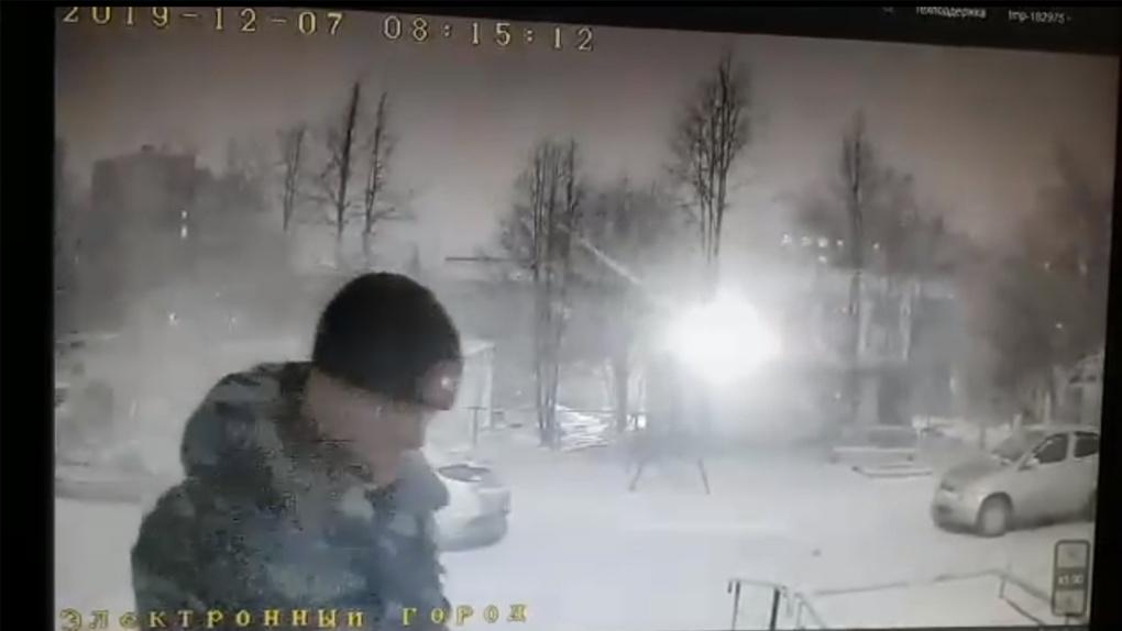 Появилось видео педофила в камуфляже, напавшего на двух юных жительниц Новосибирска