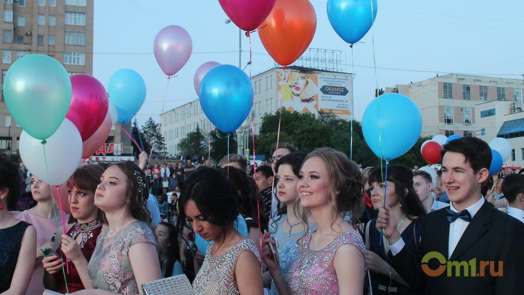 «Дома тоже неплохо»: омские выпускники попрощались со школами