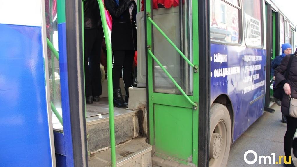 Омичи могут не ждать дня включения отопления в салонах автобусов
