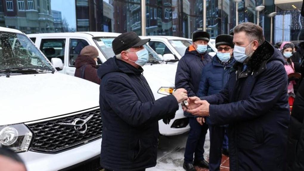 Лучшим новосибирским аграриям вручили ключи от «Патриотов» и «Ларгусов»