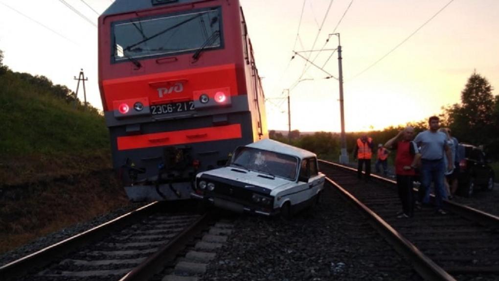 Страшное ДТП под Новосибирском! Автоледи перебрала с алкоголем и врезалась в поезд