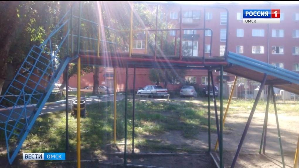 Во дворе в центре Омске 4-летний мальчик упал с горки и сломал себе позвоночник