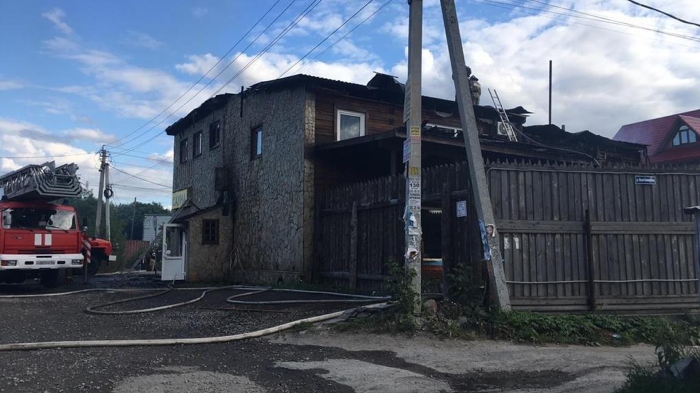 Обрушилась крыша: в Новосибирске вспыхнул банный комплекс