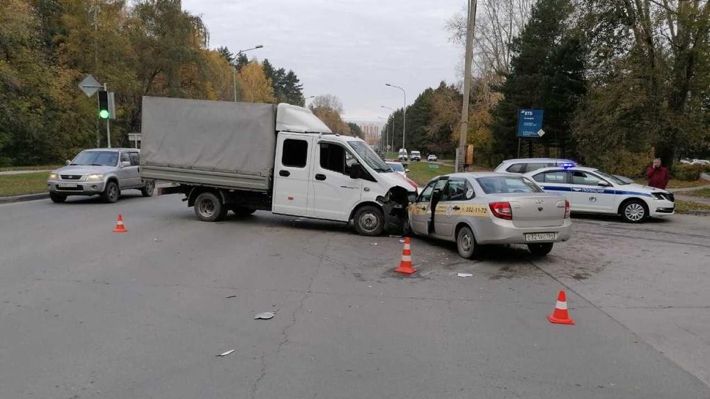Смертельное ДТП в Новосибирске: пассажир погиб при столкновении Газели и Lada Granta