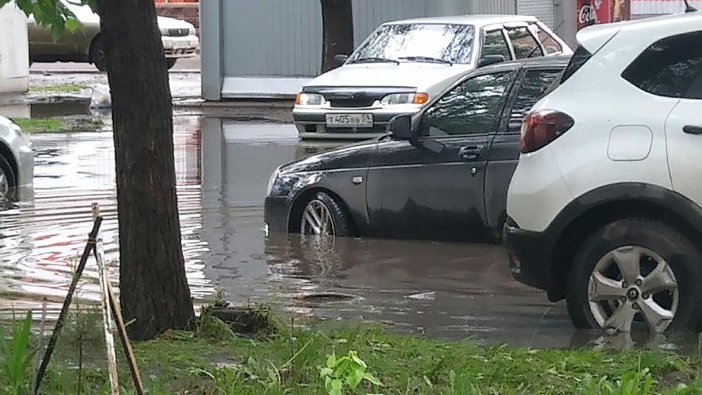 В Омске на Левобережье сильно затопило двор