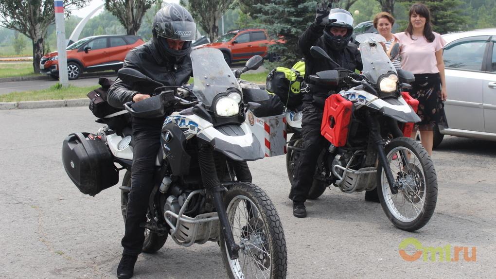 Волгоградские байкеры привезли в Омск патрон из затонувшего бронекатера