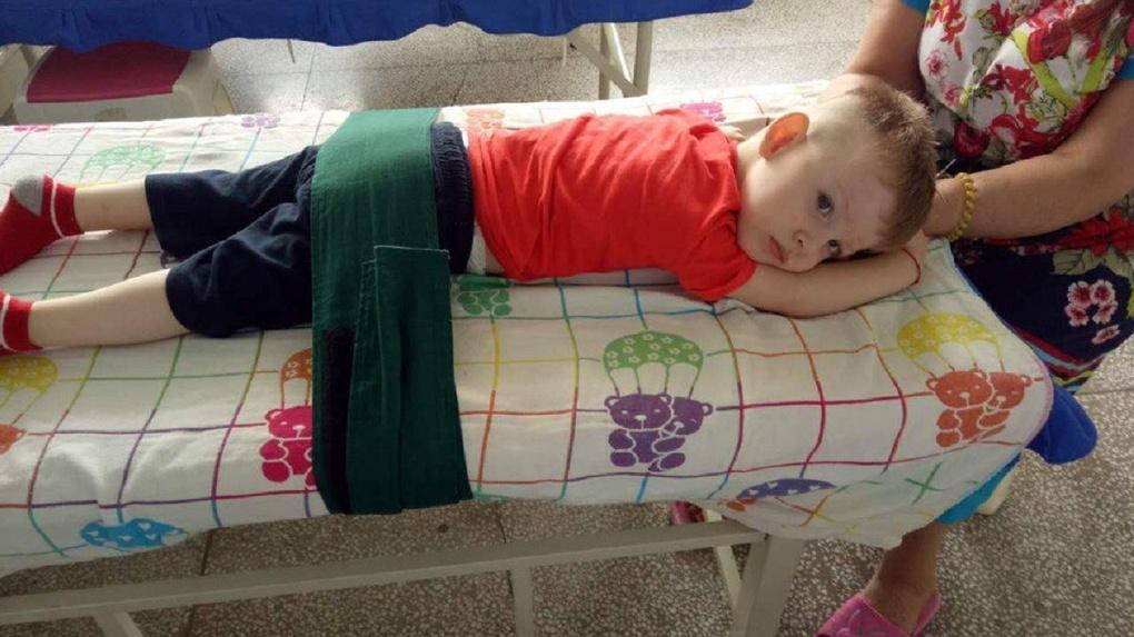 «С рождения врачи спасают его жизнь»: в Новосибирске пятилетний близнец борется со страшным диагнозом