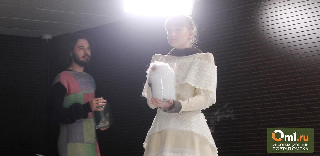Дым и самокат: театр мод ОбраZ устроил перфоманс на пресс-конференции с замгубернатора
