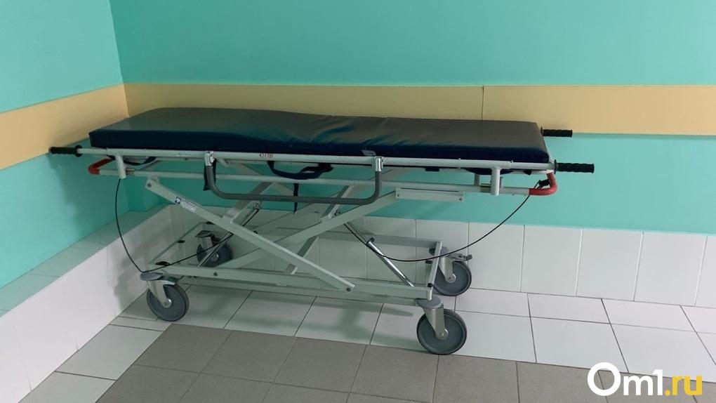 В Омске опровергли информацию о смерти пациента, которого вчера привезли к зданию Минздрава на скорой