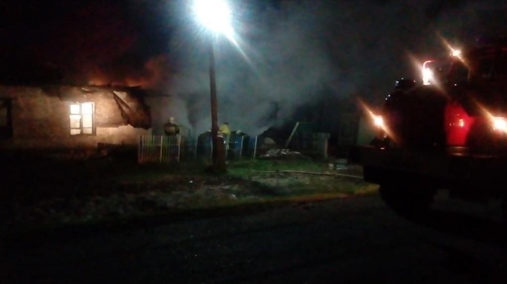 Молодые омичи, рискуя жизнью, спасли мужчину из горящего здания