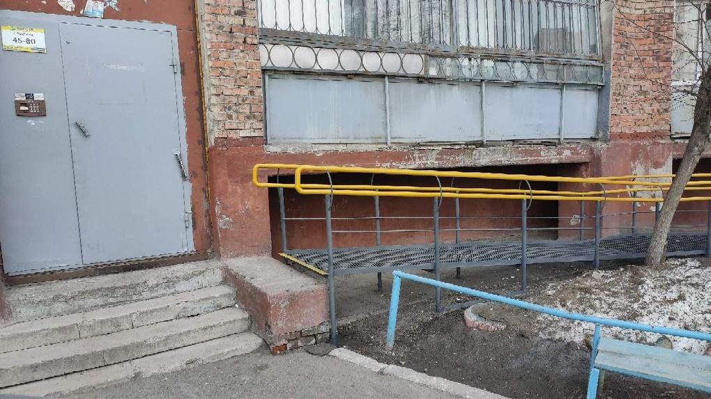 В Омске на одном из домов установили тупиковый пандус для инвалидов