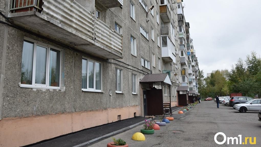 В Омске в подъездах начали нападать на женщин – соцсети