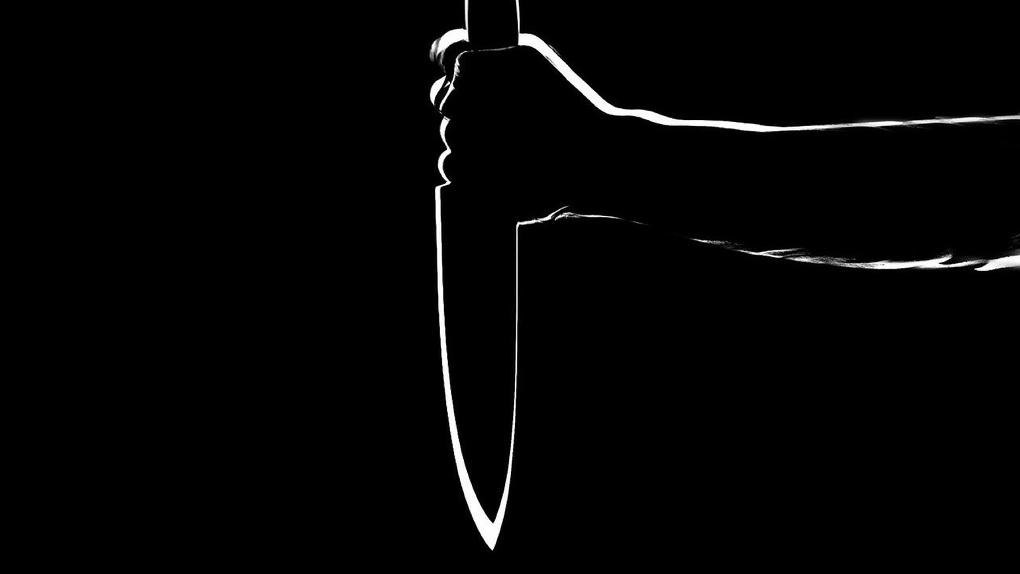 В Омской области отец набросился на сына с ножом