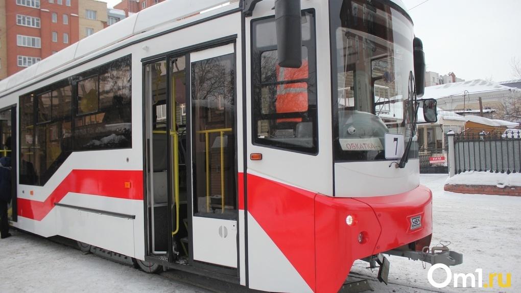 В Омске на городские маршруты выпустили новый «мягкий» трамвай