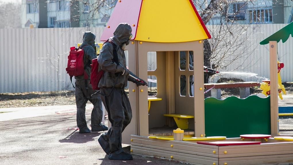 Омские спасатели каждый день дезинфицируют остановки, парки и детские площадки