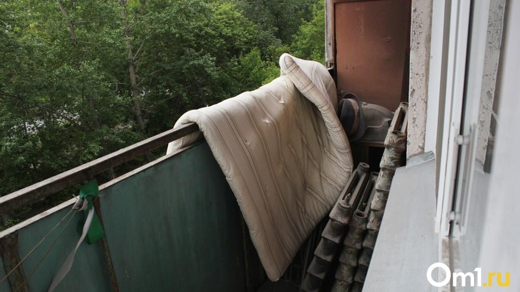 Приставы спасли омичку, которую топила вода с балкона соседей
