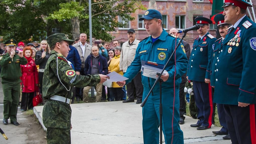 Юного омича, спасшего ребенка, наградили на торжественной линейке