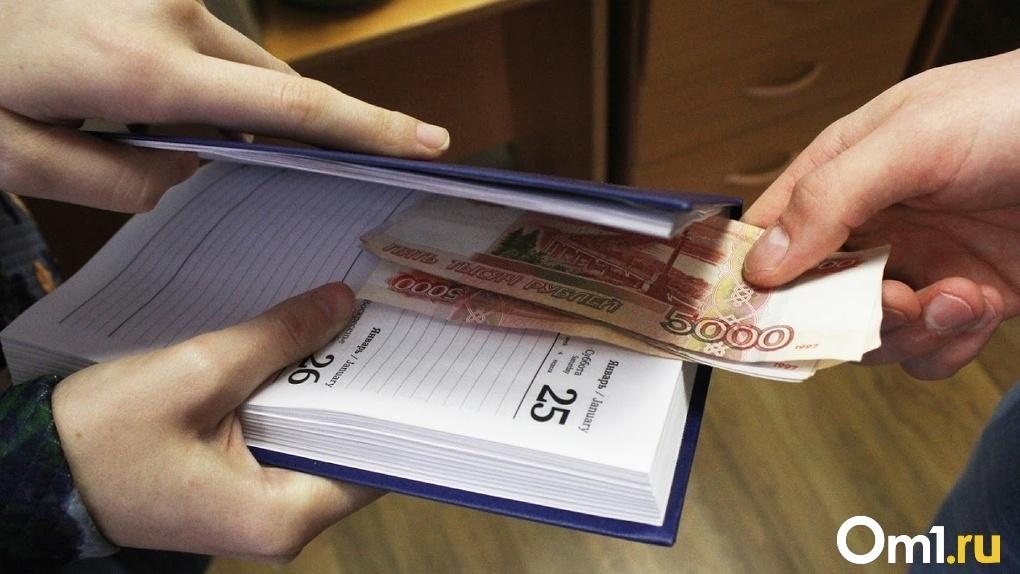 В Омске будут судить экс-полицейского за взятку. У него дома нашли 4 миллиона рублей