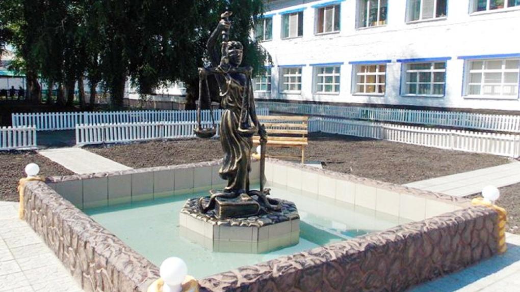 В омской колонии осужденные создали скульптуру Фемиды
