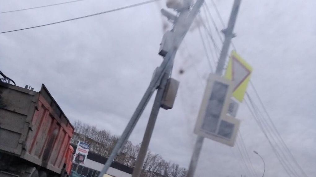 Ураганный ветер снёс светофоры и оборвал провода на улицах Новосибирска