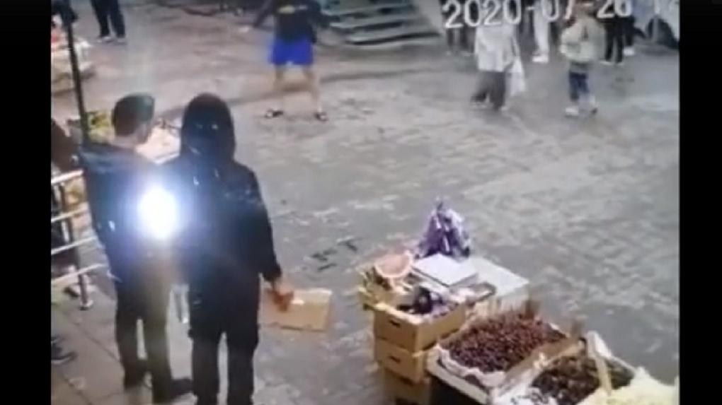 Видео: неизвестный напал на фруктовые ларьки в Новосибирске