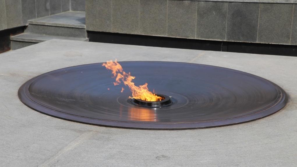 В обновленной чугунной чаше на новосибирском Монументе Славы снова зажгли Вечный огонь