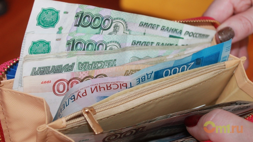 Омич лишился портмоне с валютой после визита в алкомаркет